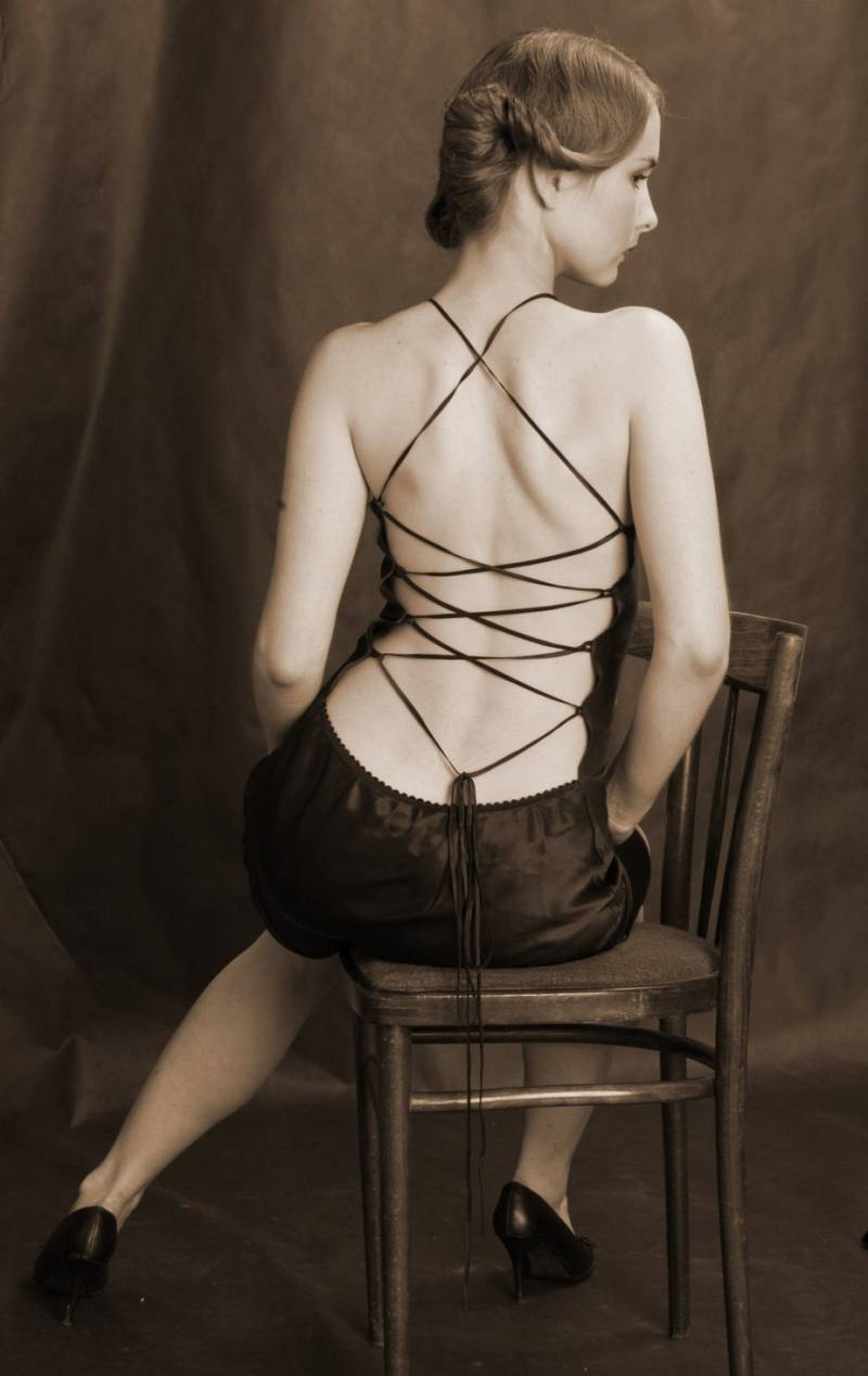 Женская спина в платье