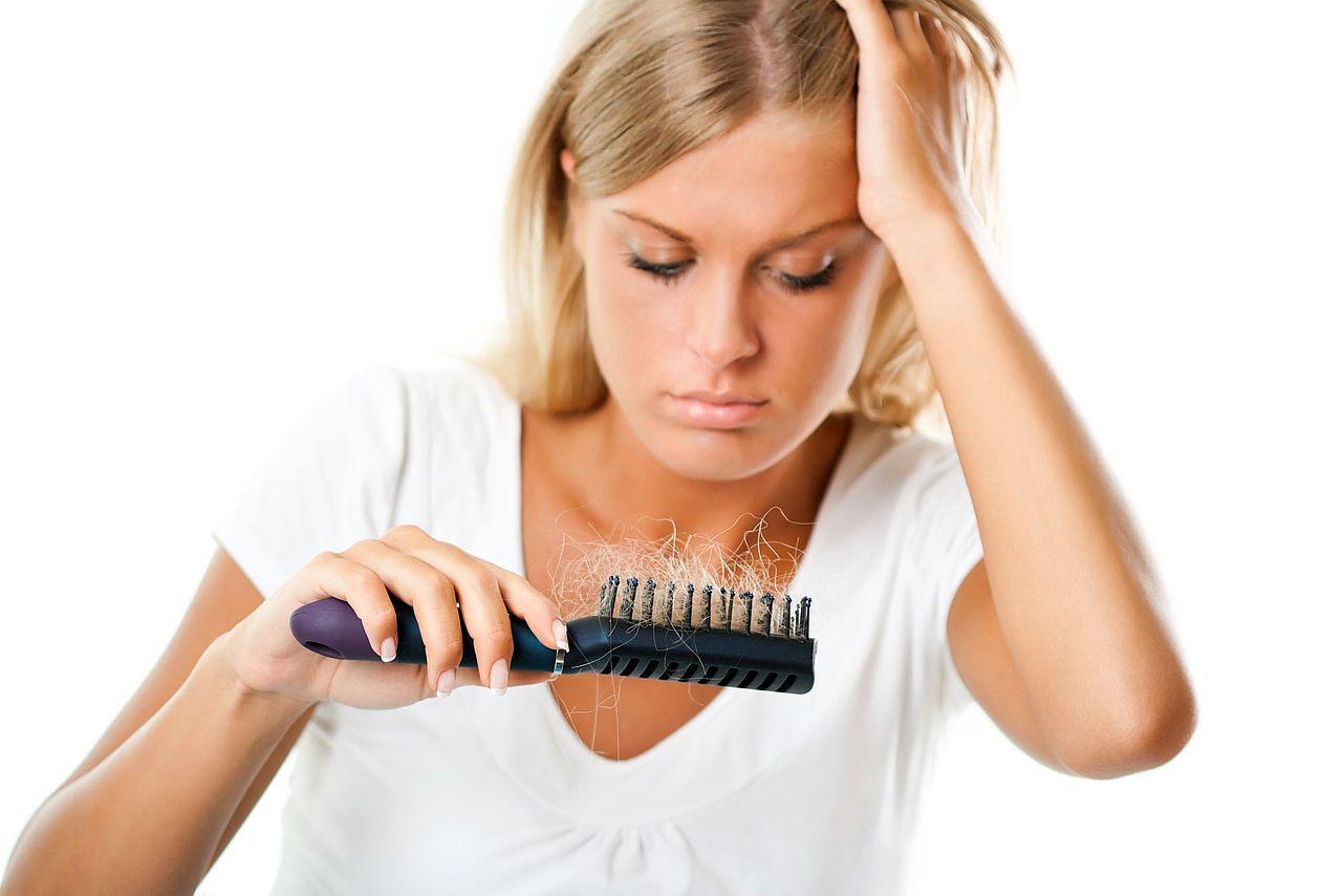 Выпадение волос у женщин: причины и лечение в домашних 60