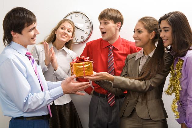 Как дарить подарки на работе 37